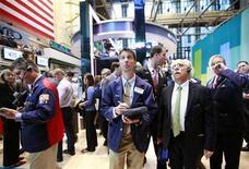 Трейдеры на Нью-Йоркской фондовой бирже, 6 июня 2012 года. Американские рынки акций открылись ростом благодаря неожиданному снижению процентных ставок в Китае. REUTERS/Brendan McDermid