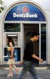 Люди проходят мимо отделения Denizbank в Измире 31 мая 2006 года. Документы о покупке Сбербанком турецкого Denizbank будут подписаны в пятницу, 8 июня, и в них фигурирует сумма 6,479 миллиарда лир (около $3,5 миллиарда), сообщил Рейтер источник, близкий к сделке. REUTERS/Stringer