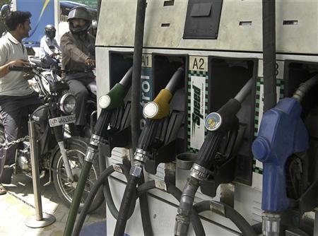 Motorists wait at a petrol pump to fill petrol in Lucknow June 7, 2010. REUTERS/Pawan Kumar