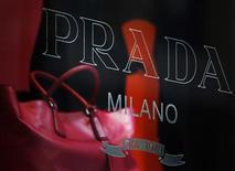 Bolsa é vista em vitrine de exibição de loja da Prada em Hong Kong, em junho de 2011. O grupo italiano de moda Prada alertou que um aprofundamento da crise da zona do euro pode afastar os turistas que gastam muito dinheiro. Foto de arquivo 03/06/2011 REUTERS/Bobby Yip