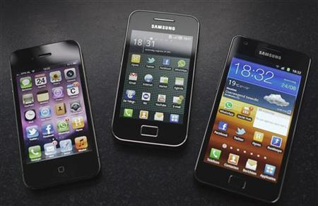 A Samsung S II (R) and Samsung Ace (C) smartphones are seen next to an Apple iPhone 4 in Houten in this August 24, 2011 photo illustration. REUTERS/Michael Kooren/Files