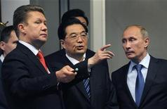 Премьер-министр РФ Владимир Путин (справа) и глава Газпрома Алексей Миллер (слева) общаются с президентом КНР Ху Цзиньтао в штаб-квартире Газпрома в Москве 16 июня 2011 года. Российский газовый монополист Газпром предложил Китаю обмен добывающими активами в рамках переговоров о заключении долгосрочного соглашения о поставках газа из РФ в КНР, застопорившихся из-за разногласий о цене, сказал министр энергетики РФ Александр Новак. REUTERS/Alexander Nemenov/Pool