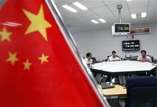 Зал для валютной торговли в Токио, 1 июня 2012 года. Мировое ликование, вызванное решением Китая сократить процентные ставки, быстро рассеялось в пятницу, так как инвесторы и экономисты пришли к выводу, что эти меры предвещают появление мрачных экономических данных. REUTERS/Yuriko Nakao