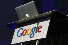 Ноутбук Apple, сфотографированный во время презентации в штаб-квартире Google в штате Калифорния, 9 февраля 2010 года. Американский федеральный судья отменил назначенное на 11 июня заседание по делу о патентном споре Apple Inc и Google Inc и намерен закрыть разбирательство по причине того, что ни одна из сторон не может доказать причиненный ей ущерб. REUTERS/Robert Galbraith