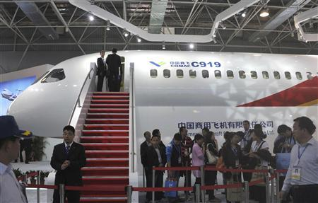 Visitors queue to see a scale model of the Chinese-made C919 passenger jet which is on display at the 8th China International Aviation & Aerospace Exhibition, or ''Airshow China 2010'', in Zhuhai, Guangdong province in this November 16, 2010 file photo. REUTERS/Stringer/Files