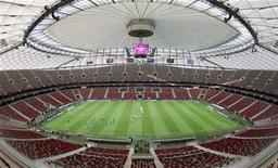 Вид с трибун на поле Национального стадиона в Варшаве во время тренировки греческой сборной 7 июня 2012 года. REUTERS/Pascal Lauener