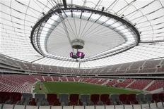 Вид на поле Национального стадиона в Варшаве 23 апреля 2012 года. Хозяйка Евро-2012 Польша начнет выступление на турнире матчем против экс-чемпионов Европы греков в пятницу, 8 июня. REUTERS/Kacper Pempel