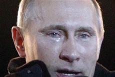 Владимир Путин на массовом мероприятии в день выборов президента 4 марта 2012 года. Путин подписал закон о штрафах размером с годовую зарплату среднего россиянина для любых стихийных собраний граждан - вопреки критике оппозиции и правозащитников, назвавших закон антиконституционным инструментом подавления инакомыслия. REUTERS/Mikhail Voskresensky