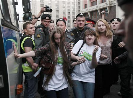 Police detain protesters during a demonstration by the Yabloko political party in Moscow June 6, 2012. REUTERS/Sergei Karpukhin