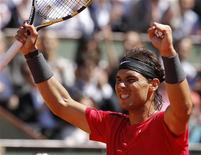 Rafael Nadal, da Espanha, comemora após vencer a semifinal do torneio masculino do Aberto Francês contra o compatriota David Ferrer no estádio de Roland Garros, em Paris. 08/06/2012 REUTERS/Benoit Tessier