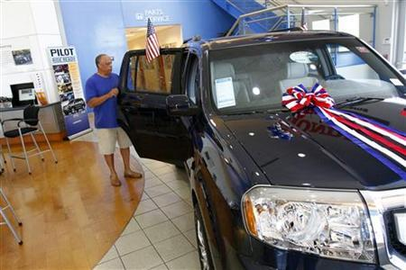 A customer views a Honda Pilot at SanTan Honda Superstore in Chandler, Arizona June 2, 2011. REUTERS/Joshua Lott