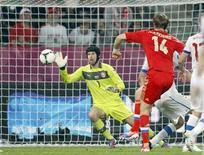 O russo Roman Pavlyuchenko marca um gol sobre o goleiro tcheco Petr Cech (esquerda) durante uma partida na cidade de Wroclaw, 8 de junho de 2012. REUTERS/Kacper Pempel