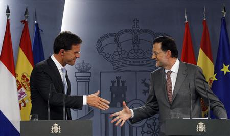 Netherlands' Prime Minister Mark Rutte (L) shakes hands with Spanish Prime Minister Mariano Rajoy during a joint news conference at Madrid's Moncloa Palace June 7, 2012. REUTERS/Susana Vera