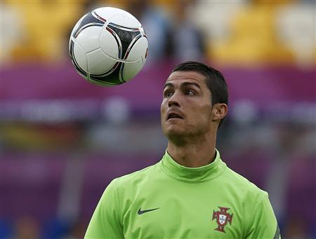 Portugal's Christiano Ronaldo watches the ball at a training session during the Euro 2012 at Arena Lviv in Lviv June 8, 2012. REUTERS/Eddie Keogh