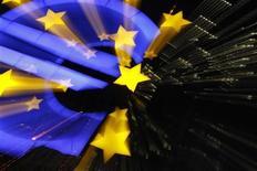 Символ валюты евро у здания ЕЦБ во Франкфурте-на-Майне 29 февраля 2012 года. Международное рейтинговое агентство Moody's предупредило в пятницу, что выход Греции из зоны евро может быть угрозой для существования единой валюты. REUTERS/Alex Domanski