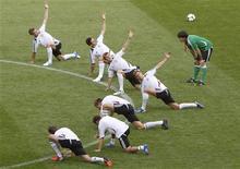Национальная сборная Германии по футболу тренируется перед Евро 2012 на стадионе во Львове, 8 июня 2012 г. Германия и Португалия сыграют в субботу в группе B на чемпионате Европы. REUTERS/Gleb Garanich