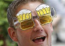 Болельщик сборной Германии в солнечных очках в форме бокалов пива во Львове 9 июня 2012 года. Восемь матчей чемпионата Европы по футболу пройдут на Украине и в Польше в ближайшие четыре дня. REUTERS/Gleb Garanich