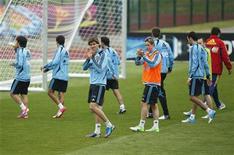 Футболисты сборной Испании апплодируют болельщикам после тренировки в Гневино 8 июня 2012 года. Чемпион Европы сборная Испании начнет выступление на Евро-2012 матчем группы C против Италии в воскресенье. REUTERS/Juan Medina
