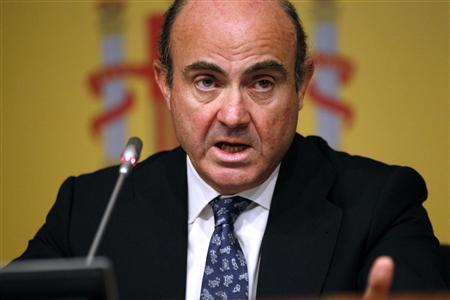 Spain's Economy Minister Luis de Guindos attends a news conference at the economy ministry in Madrid, June 9, 2012. REUTERS/Paul Hanna