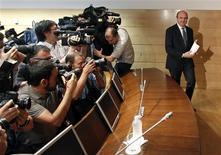 España pagará los mismos tipos de interés que aquellos países ya rescatados por parte de la UE y el FMI por los fondos que recibirá para recapitalizar sus bancos, dijo el sábado el ministro irlandés de Finanzas. En la imagen, el ministro español de Economía, Luis de Guindos, a su entrada a la rueda de prensa en el Ministerio de Economía el 9 de junio de 2012 en Madrid. REUTERS/Paul Hanna