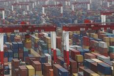 <p>Le port de Yangshan à Shanghai. Les statistiques en matière de commerce international de la Chine vont à l'encontre d'une série d'indicateurs macro-économiques plutôt mitigée, les exportations ayant augmenté de 15,3% le mois dernier, davantage que prévu, grâce notamment à une forte demande en provenance des Etats-Unis. /Photo prise le 11 mai 2012/REUTERS/Aly Song</p>