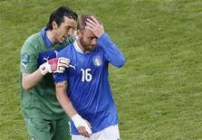 Goleiro italiano Buffon consola Daniele De Rossi depois de partida pelo grupo C da Eurocopa contra a Espanha