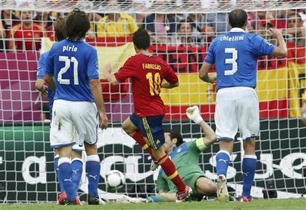 Spain's Cesc Fabregas (C) scores a goal against Italy during their Group C Euro 2012 soccer match at the PGE Arena stadium in Gdansk, June 10, 2012. REUTERS/Tony Gentile