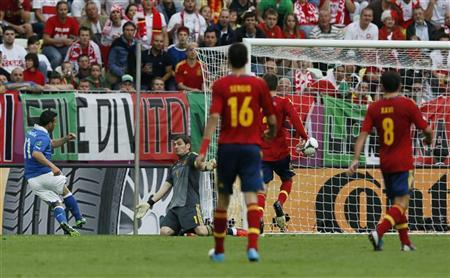 Italy's Antonio Di Natale (L) scores a goal during the Group C Euro 2012 soccer match against Spain at the PGE Arena in Gdansk, June 10, 2012. REUTERS/Pascal Lauener