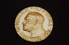 <p>La somme allouée aux lauréats du prix Nobel, actuellement de dix millions de couronnes suédoises, va être réduite d'un cinquième à huit millions de couronnes, soit près de 900.000 euros, a annoncé lundi la fondation Nobel en invoque des problèmes financiers. /Photo d'archives/REUTERS/Berit Roald/Scanpix Norway</p>