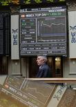 <p>A la Bourse de Madrid, lundi. L'embellie sur les marchés des actifs à risque, déclenchée par l'annonce ce week-end d'un plan de sauvetage du système bancaire espagnol, commençait déjà à s'essouffler lundi en fin de séance. /Photo prise le 11 juin 2012/REUTERS/Andrea Comas</p>