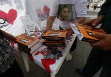 Um partidário da líder de oposição ucraniana Yulia Tymoshenko distribui livros num acampamento de protesto próxima à área de visão pública da Eurocopa 2012 no centro de Kiev, 11 de junho de 2012. REUTERS/Michael Dalder