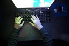 """<p>Les """"cybergendarmes"""" de Marseille ont démantelé un réseau de téléchargement illégal utilisé par près d'un million d'internautes. Une centaine de milliers d'euros a été saisie et le propriétaire et administrateur du site, âgé de 19 ans, a été présenté au juge d'instruction le 7 juin et mis en examen pour contrefaçon en bande organisée et blanchiment. /Photo d'archives/REUTERS/Samantha Sais</p>"""