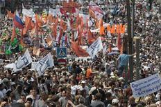 Десятки тысяч человек вышли в праздничный вторник 12 июня 2012 года на акцию протеста в центре Москвы с требованиями отставки президента Владимира Путина и новых парламентских выборов. REUTERS/Sergei Karpukhin