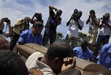 People carry the coffin of Cuban boxing great Teofilo Stevenson, during his funeral at Colon cemetery in Havana June 12, 2012. REUTERS/Enrique de la Osa