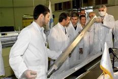 O presidente do Irã, Mahmoud Ahmadinejad (segundo à esquerda), comparece à cerimônia de abertura de novos projetos nucleares em Teerã, 15 de fevereiro de 2012. O Irã anunciou nesta terça-feira a intenção de fabricar seu primeiro submarino movido a energia nuclear, afirmou uma agência de notícias, um anúncio que pode acentuar as preocupações ocidentais a respeito do programa atômico do país dias antes de novas negociações sobre o tema. REUTERS/President.ir/Divulgação