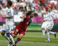 O tcheco Petr Jiracek corre ao lado do grego Kostas Katsouranis (esquerda) ao celebrar seu gol durante a partida da Eurocopa em Wroclaw, 12 de junho de 2012. REUTERS/Dominic Ebenbichler