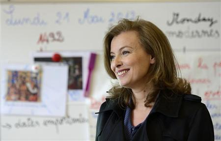 Valerie Trierweiler, companion of French President Francois Hollande, talks to pupils in a classroom during her visit at the French School in Chicago, May 21, 2012. REUTERS/Eric Feferberg/Pool