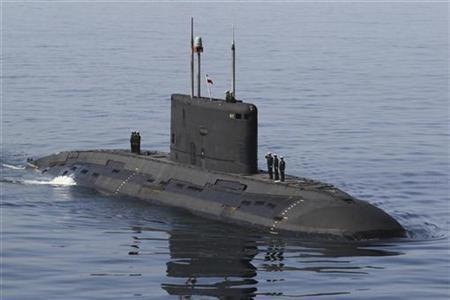 6月12日、イランの海軍当局者が同国初となる原子力潜水艦の建造を計画していることを明らかにしたと、ファルス通信が伝えた。写真はホルムズ海峡を航行するイラン潜水艦。1月撮影(2012年 ロイター)