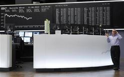 Трейдер работает в торговом зале биржи во Франкфурте-на-Майне, 11 июня 2012 года. Европейские рынки акций открылись ростом вслед за Уолл-стрит, несмотря на сохранение опасений по поводу стоимости заимствований для Испании и Италии. REUTERS/Alex Domanski