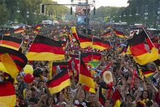 Болельщики сборной Германии смотрят трансляцию матча против Португалии в Берлине 9 июня 2012 года. Матч группы B между сборными Нидерландов и Германии состоится в среду в Харькове в рамках чемпионата Европы. REUTERS/Thomas Peter