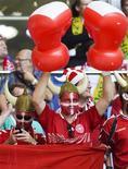 Болельщики сборной Дании на матче датчан с бразильцами в Гамбурге 26 мая 2012 года. Матч группы B между сборными Дании и Португалии состоится в среду, 13 июня, в рамках чемпионата Европы. REUTERS/Fabian Bimmer