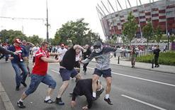 Torcedores poloneses e russos entram em confronto do lado de fora do Estádio Nacional em Varsóvia. 12/06/2012 REUTERS/Jerzy Dudek