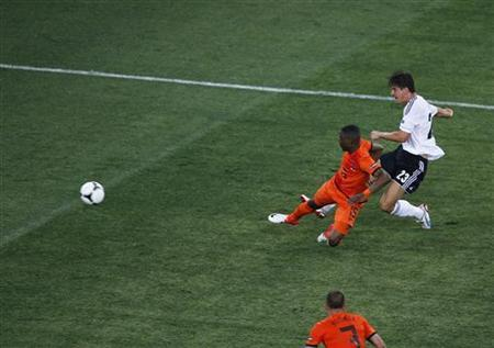 Germany's Mario Gomez (R) scores a second goal past Netherlands' Jetro Willems during their Euro 2012 Group B soccer match at the Metalist stadium in Kharkiv, June 13, 2012. REUTERS/Yves Herman