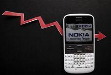 Смартфон Nokia, сфотографированный в Зенице, 19 апреля 2012 года. Переживающая нелегкие времена Nokia планиует сократить по всему миру еще 10.000 рабочих мест и предупреждает, что квартальный убыток в отделении мобильных телефонов может оказаться значительнее, чем ожидалось. REUTERS/Dado Ruvic/Files