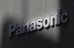 Логотип Panasonic в магазине в Токио, 3 февраля 2012 года. Panasonic Corp планирует строительство нового завода в Европе уже в будущем году для удовлетворения растущего спроса на бытовую технику в России и других странах региона, сказал глава профильного отделения компании в четверг. REUTERS/Kim Kyung-Hoon