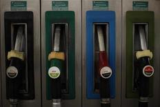 Заправочные пистолеты на АЗС Cepsa Petroleum в испанском городе Куэвас-дель-Бесерро, 4 марта 2011 года. Цена нефти Brent держится около $97 за баррель в ожидании результатов совещания ОПЕК в четверг и выборов в Греции, которые пройдут в воскресенье. REUTERS/Jon Nazca
