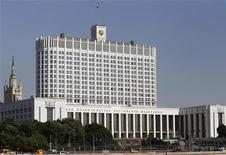 Здание правительства России в Москве, 21 мая 2012 года. Росстат оставил без изменений оценку роста ВВП РФ в первом квартале 2012 года на уровне 4,9 процента в годовом выражении по сравнению с 4,8 процента в четвертом квартале и 4,0 процента за первые три месяца 2011 года. REUTERS/Sergei Karpukhin