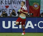 Atacante da Dinamarca Nicklas Bendtner corre no campo mostrando marca de uma empresa de apostas irlandesa em sua cueca durante partida da Eurocopa 2012 contra Portugal no estádio de Nova Lviv, na Ucrânia. 13/06/2012 REUTERS/Eddie Keogh