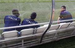 Игроки сборной Италии Марио Балотелли, Антонио Ди Натале и Антонио Кассано сидят на скамейке во время тренировки на стадионе в Кракове 11 июня 2012 года. Матч группы C между сборными Италии и Хорватии состоится в четверг, 14 июня, в рамках чемпионата Европы. REUTERS/Tony Gentile