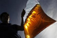 Homem carrega sacola plástica com gasolina em Brasília. As vendas no varejo brasileiro tiveram alta de 0,8 por cento em abril ante março e registraram elevação de 6 por cento em relação a igual mês de 2011, informou o Instituto Brasileiro de Geografia e Estatística (IBGE). 24/03/2012 REUTERS/Ueslei Marcelino